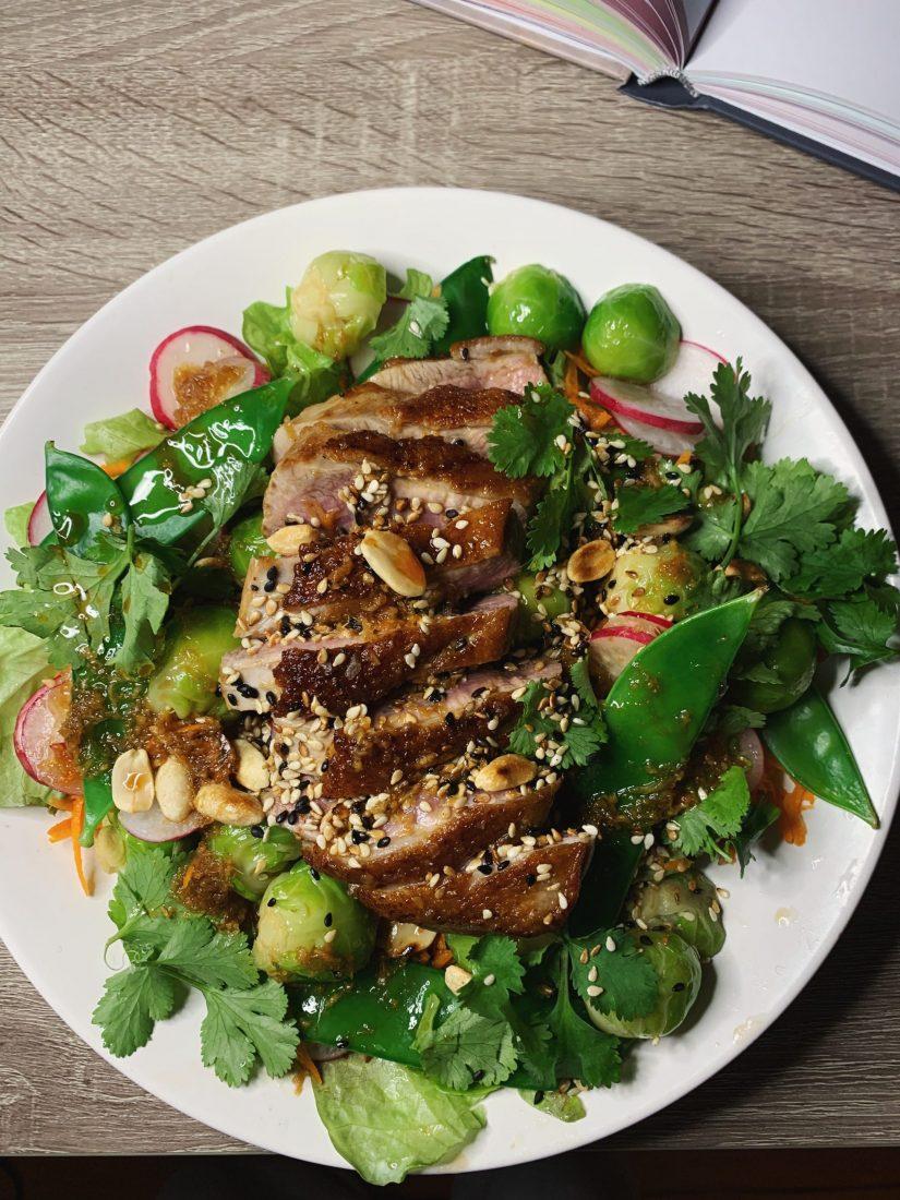 Azijietiškos salotos su anties krūtinėle